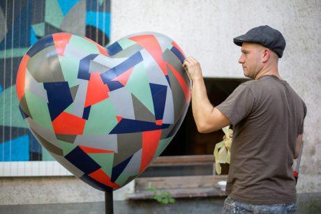 """Christian """"Kera"""" Hinz gestaltet ein Herz für die Aktion """"100 Herzen schlagen für..."""" (® Patrick Richter/patrickrichter.info)"""